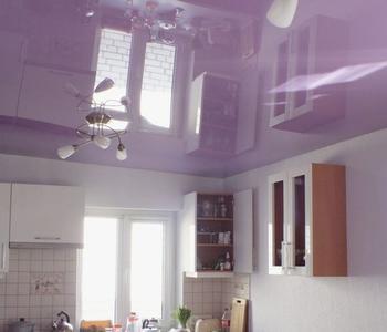 Сиреневый потолок на кухне