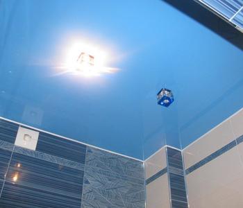 Глянцевый потолок  в ванную комнату