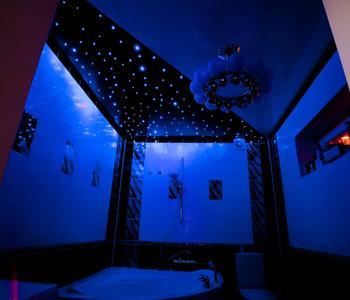 Натяжной потолок звёздное небо ванна
