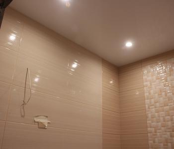 Ванная комната потолок  бежевый