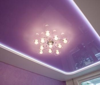 Глянцевый потолок серенвый в зале