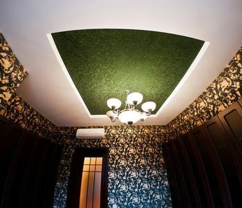 Натяжной потолок с зеленой вставкой