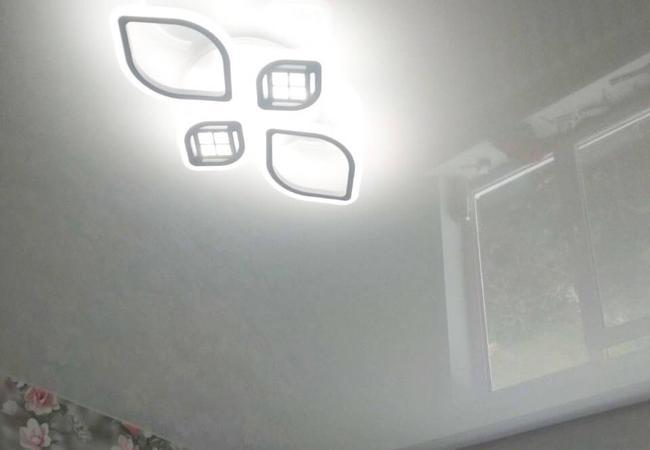 Натяжной потолок с круглым светильником в детскую  в Климовичах