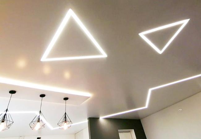 Натяжной потолок со световыми светодиодными линиями в гостиной  в Климовичах