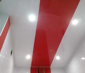 Красная полоса комбинированный потолок
