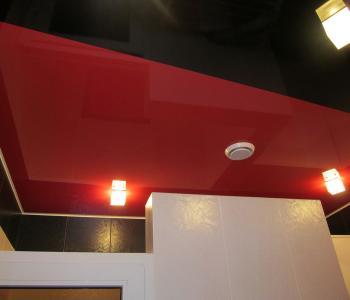 Натяжной потолок комбинированный красный