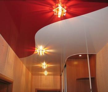 Комбинированный в коридоре красный