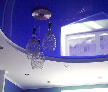 Глянцевый натяжной потолок синий