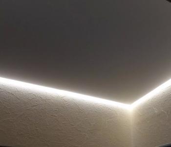 Натяжной потолок белый