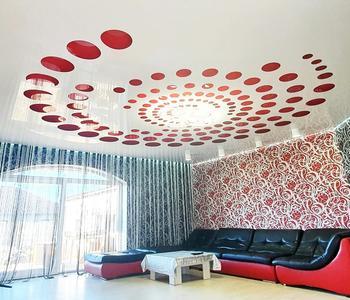 Резной натяжной потолок гостинная