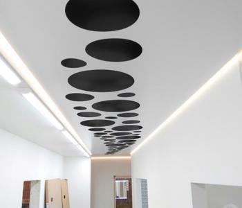 Натяжной потолок в коридоре резной