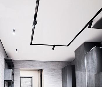 Натяжной потолок со светильником