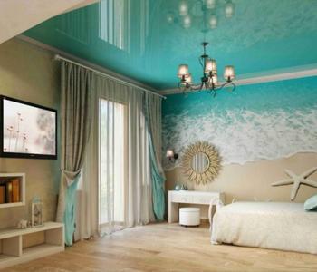 Глянцевый бирюзовый потолок спальня