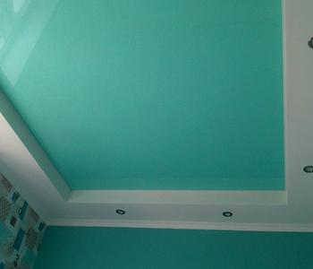 Натяжной бирюзовый потолок в спальню