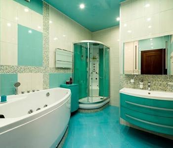 Глянцевый бирюзовый потолок в ванну