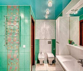 Глянцевый  бирюзовый потолок в ванную комнату