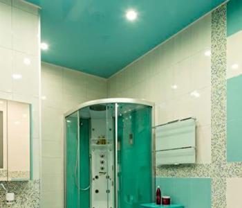 Бирюзовый потолок в ванную