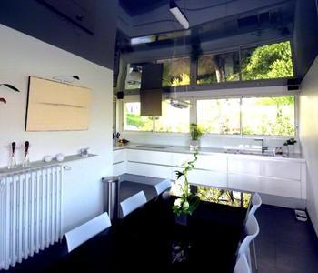 Глянцевый потолок синий на кухню