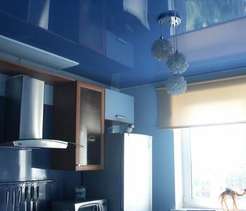 Глянцевый синий потолок кухня