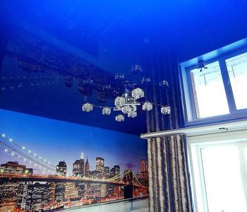 Натяжной потолок в спальню глянцевый