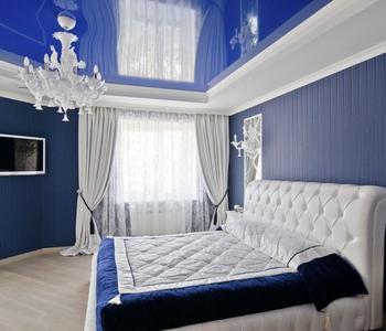 Потолок глянцевый в спальню