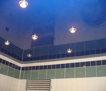 Натяжной потолок в ванну синий