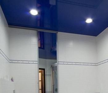 Глянцевый потолок в ванну синий