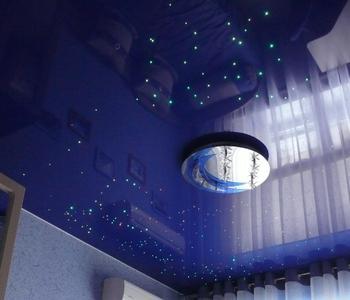 Глянцевый потолок в детскую синий