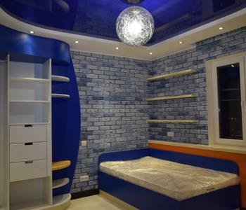 Детская синий глянцевый потолок