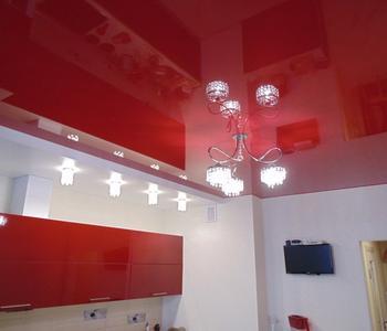 Бордовый потолок на кухне