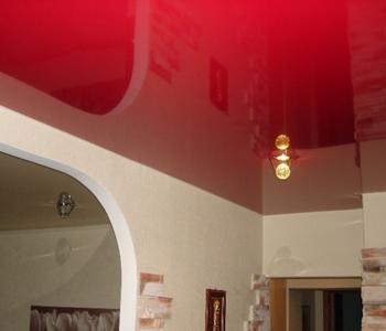 Бордовый потолок на кухне глянцевый