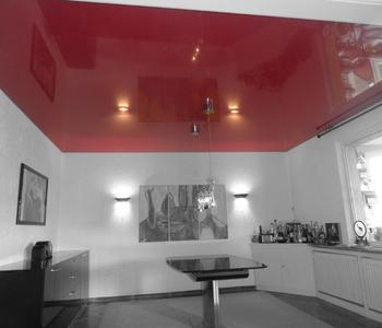 Потолок на кухне глянцевый бордовый