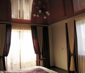 Натяжной бордовый потолок в спальню