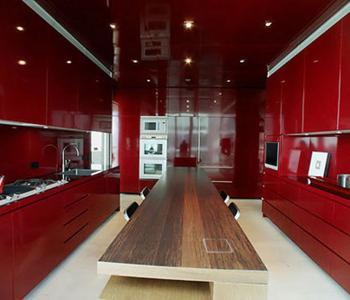Натяжной бордовый потолок на кухню