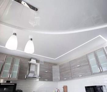 Белый потолок на кухню глянцевый