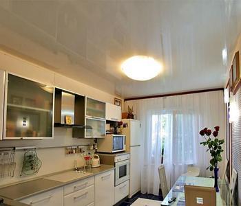 Белый потолок на кухню