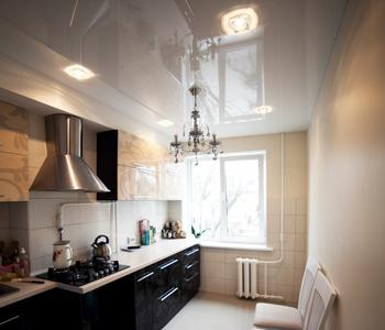 Белый натяжной потолок на кухню