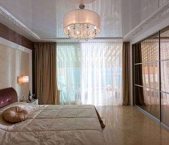 Белый натяжной  спальня глянец