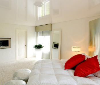 Натяжной  потолок  глянец спальная комната