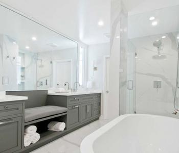 Белый натяжной потолок ванна