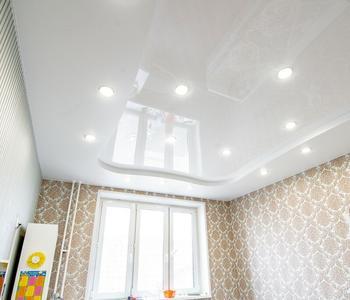 Белый глянцевый  потолок детская комната