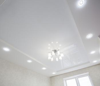 Белый глянцевый  потолок в детскую