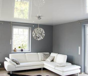 Белый глянцевый  потолок гостинная комната