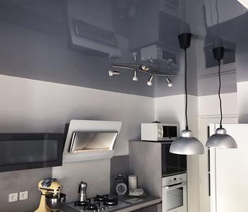 Глянцевый потолок на кухню белл-серый