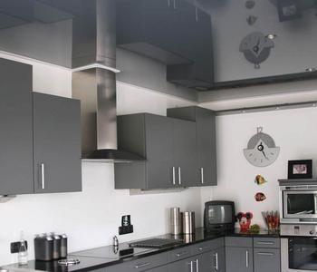 Бело-серый потолок  глянцевый потолок