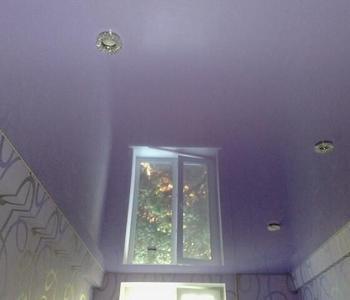 Фиолетовый потолок на кухню
