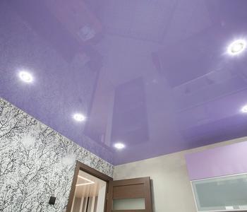 Фиолетовый натяжной потолок кухня глянец