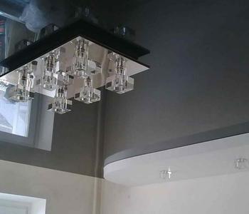 Серый потолок на кухню