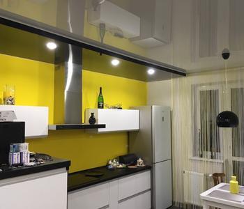 Серый потолок на кухню глянец