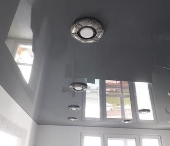 Серый натяжной потолок на кухню глянец